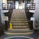 玉屋食堂 - 店内 堂々とした階段。2階がお店です。