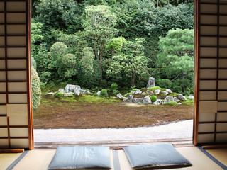 芬陀院 - 真ん中の席。右が亀島、左が鶴島の石組。