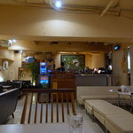 27 PARADISE CAFE - ゆったり座れるソファがゆとりある配置