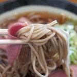 32021876 - 「鴨そば 590円」麺リフト