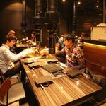 炭火焼ホルモン ぐう - 広々と使えるテーブル席