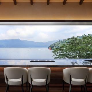 芦ノ湖を臨むカウンター席でくつろぐお食事の時間