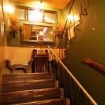 32026266 - 建物内の階段を上がる