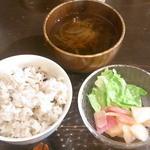 cafe なかちよ - 十穀米・玉葱のマリネ?・玉葱とワカメのお味噌汁☆♪