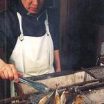 店頭の魚貝類は、お好みで刺身・炭火焼き・煮魚に調理します