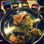 Spice&Dining KALA - ターリー(大皿)からカトリ(小皿)をすべて取り出す。