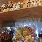 炭焼菜彩干物飯 紀州のしずく - カウンターの上。お酒が色々。