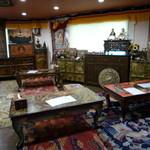 スノーライオン - チベット家具と敷物でたくさんの座敷席