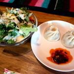 スノーライオン - チベット餃子・モモとサラダ