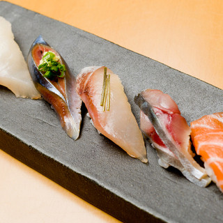 新鮮ネタを職人が握る本格握り寿司!板前オススメお寿司あり!