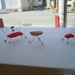 KURUMEジェラート - 出窓に置かれたテーブル&椅子