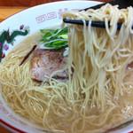 ラーメン さくら - 鹿野豚ラーメン(麺持ち上げ)