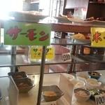 お食事の店 すず - ガラスケース、主菜・副菜