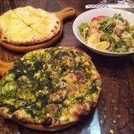 ナマステ・ガネーシャ - 左奥:チーズナン、手前:ほうれん草ナン、右奥:スペシャルサラダ