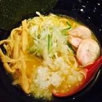 かのう - 濃厚しょうゆ鶏そば750円  東長崎にある双葉の姉妹店とのことで来訪。双葉はなかなか美味しい鶏白湯のスープだった覚え。  鶏白湯のスープは、茶濁で醤油がいいバランスで利いている。油っぽさもそれほど無く、 濃いのだけれどマイルドな感じです。 具は、ネギ、玉ねぎみじん切り、鶏チャーシュー4、穂先メンマ、海苔。鶏チャーシューは 柔かく小さいながらも4枚入っていた。タマネギ、ネギは匂い消しもあるのだろうけ