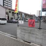 肉のオカヤマ直売所 - 専用駐車場
