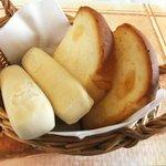 サロンド・テ・チーズ王国 - 焼きたてパン2種盛り
