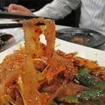 延吉香 御徒町店 - 春雨と胡瓜甘辛酢和え。                             辛味と酸味がある韓国料理みたいな味ですね。                             春雨が平打ちのきし麺位の太さです。