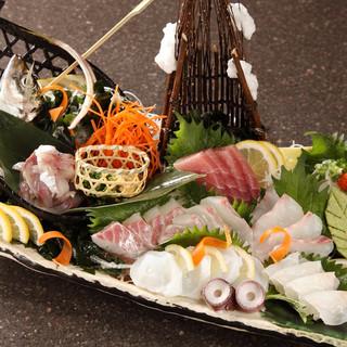 素材にこだわって盛り合せる新鮮なお刺身をぜひお召し上り下さい
