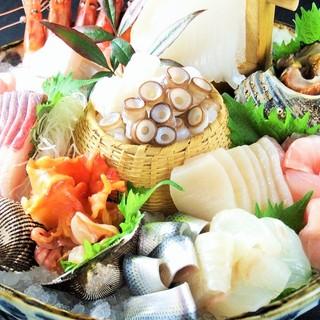 <刺身盛り合わせ・きんきの煮付け>市場で仕入れる鮮魚を堪能