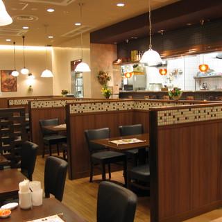 【テーブル席】中華料理店とは思えない、シックでオシャレな店内