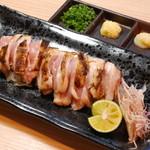鶏の三平 - ★朝引き モモたたき。軽く炙って香ばしさを出しています。ニンニクの薬味が合いますョ。1000円