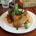 ピッツェリア ナポレターナ ネアポリス - 薪窯で焼いた骨付鶏もも肉&豊橋サラダ&ポテトフリット☆