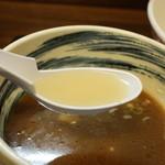 武蔵村山 大勝軒 - 以前は鶏をベースとしたポタージュみたいに白濁していましたが、昆布をベースに澄んだ割りスープに変えたようです。 こっちの方が いいかな?
