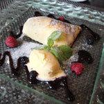 ホテル石垣島 - クレープ包みの中にパイナップルがあり、パッションフルーツとスパークリングワインのクリームが最高!