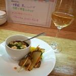 春香楼 - 1タパスは中華風豆腐の蒸しハンバーグと季節野菜のサラダ