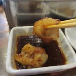 七福 - 特製のタレにつけて口に運ぶとプリプリの丸腸の美味しさが口の中に広がりました。