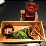 四季彩ダイニング 春 - お通し(アワビ茸、白瓜漬け、バイ貝煮)