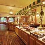 レストラン イル・ペペ - イタリアンな内装で、外光が降り注ぐ明るい店内