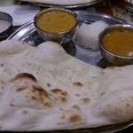 ヒラ - 塩辛ーい。野菜カレーはすっぱ辛い。いつもはすっぱくないらしい。インドカレーにも美味しい美味しくないがあることを最近つくづく感じる。