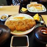 山正 - 「山正とんかつ定食」1540円(手前)と、「魚フライ定食」1,030円。(奥側)