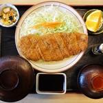 山正 - 「山正とんかつ定食」1540円。味噌汁(赤出汁)、小鉢(野菜の玉子とじ)、フルーツ(オレンジ)が付きます。