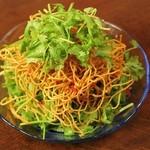 肉汁水餃子 餃包 - 香菜と揚げ麺のパリパリサラダ