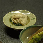 蕎麦・料理 籔半 - [たちかま]季節メニュー およそ11月くらいから3月くらいまで スケトウタラの白子と塩だけで造る 岩内の老婦人が一人守り続けた来た、海の香り一杯の 馥郁たる蒲鉾です。 鍋の具にして煮ても良しですが、弊店では粋にスライスしてわさび醤油でお召し上がりいただきます。