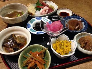 独酌 三四郎 - 一人酒にうれしい「おかみ旬の盆」1600円