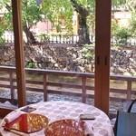 32147564 - 白川の流れ、行き交う人々、風にそよぐ木を眺めながら、優雅にお食事