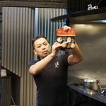 """麺劇場 玄瑛 - メニューの説明をする""""カメラ目線""""の入江教授"""