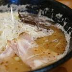 麺劇場 玄瑛 - とんこつスープは魚介も加えてあっさり仕上げ!