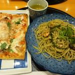 32158909 - ハーフスパゲッティー&ハーフパイピザセット:海老とアボガドとフレッシュハーブのジェノバ風&シーフドピザ