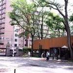 東横INN - 向かいの北海道大学(北大)正門前から望む