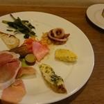 パーネェヴィーノ - ランチの前菜プレート。パンも美味しいです!
