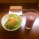 32163716 - 本日のパスタランチのサラダと飲み物(トマトジュース)