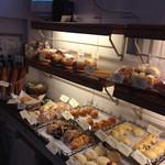 スギノキ - こだわりのパンが並ぶ店内