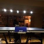 中目卓球ラウンジ - 店内中央の卓球台