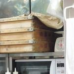 かいざん - 麺箱に酒井製麺の文字