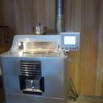 アラビカ 京都 - 焙煎の機械が店内奥に